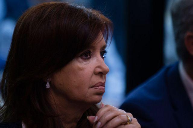 Cristina Fernández de Kirchner sentada en banquillo durante un juicio por corrupción, en 2019.