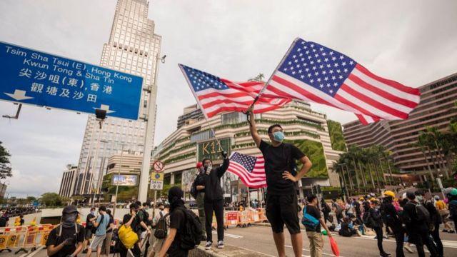 Người biểu tình Hong Kong vẫy cờ Hoa Kỳ tại một trong những cuộc biểu tình hồi tháng 7