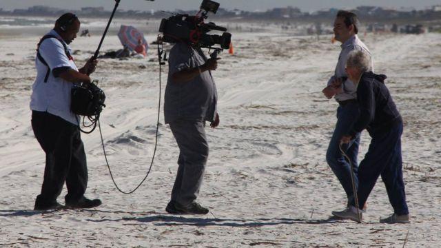 ノーマさんとティムさんを撮影するCBSテレビのスタッフ