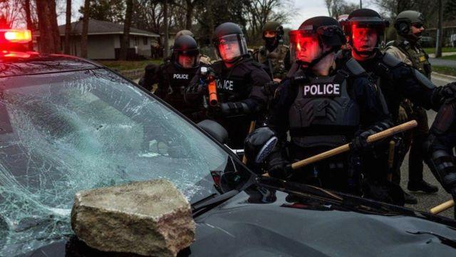 Patrulla de la policía dañado en Brooklyn Center