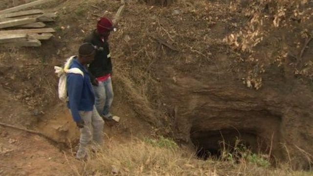 Des mineurs clandestins, utilisent souvent des méthodes artisanales pour exploiter les minerais