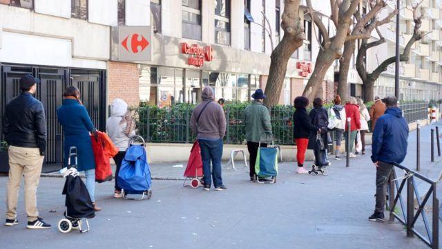 Очереди растягиваются на кварталы - люди соблюдают дистанцию
