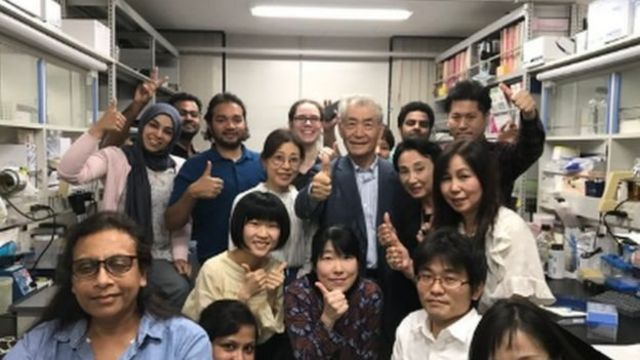 日本的本庶佑和学生在一起