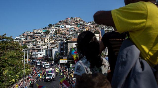 La antorcha olímpica a su paso por una de las favelas de Río de Janeiro.