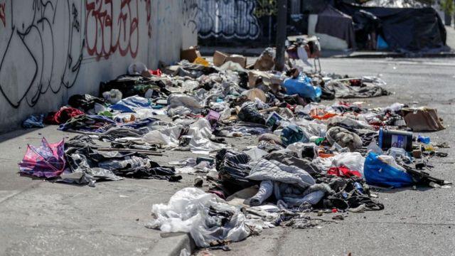 Calle repleta de basura en Los Ángeles.