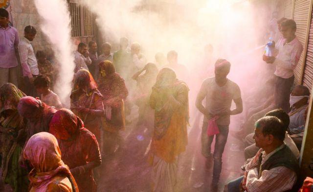 Grupo de gente en el Holi, India