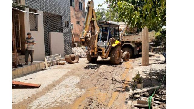 Trator retira lama das ruas de Governador Valadares