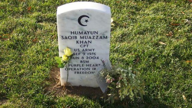 Khan está enterrado en el Cementerio de Arlington en Virginia.