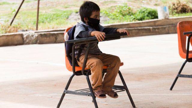 Niño en una silla en el colegio