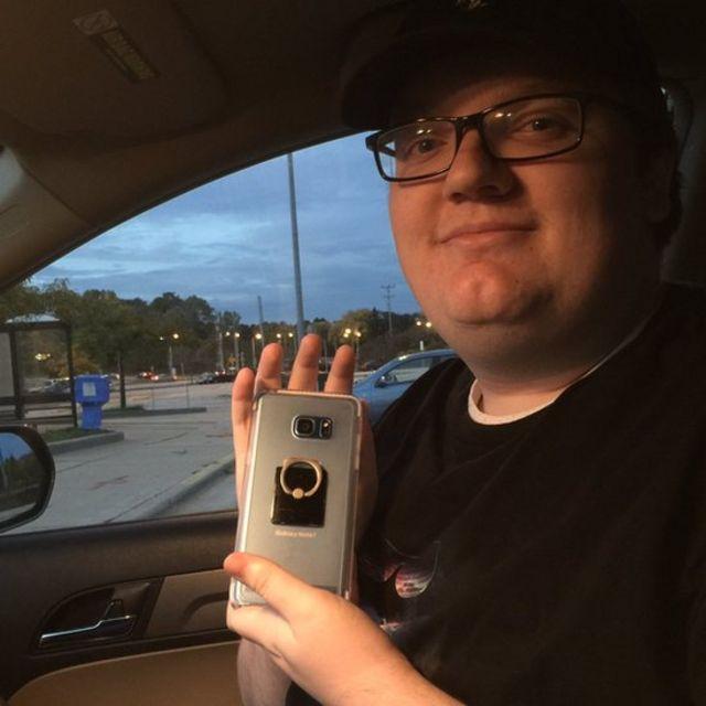 Un usuario de Wisconsin sosteniendo su Galaxy Note 7