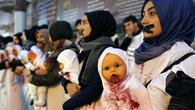 तुर्की में महिलाएं प्रदर्शन करते हुए