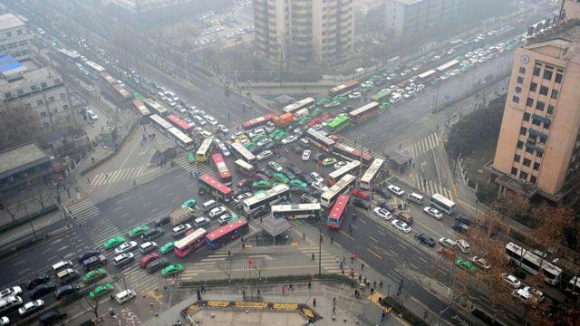 Кытай сыяктуу тез өнүгүп жаткан өлкөлөрдө авто унаалар саны барган сайын өсө берет.