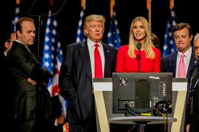 2016年共和党全国大会の準備でトランプ氏(写真中央)らと一緒にステージに上がったマナフォート被告(同右)