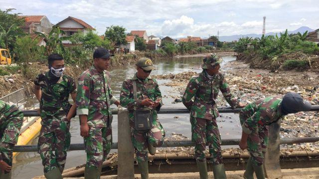 Tentara membersihkan sampah di sungai
