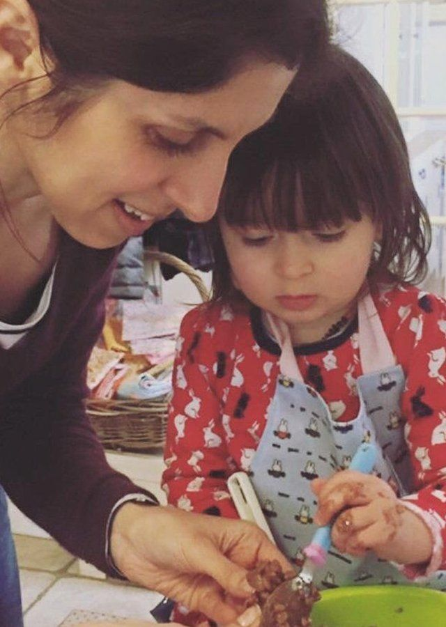 خانم زاغری در پنج سالی که زندان بود فرزندش را فقط در ملاقاتها و مرخصیهای کوتاه در زندان دیده و اکنون دخترش دور از او در بریتانیاست
