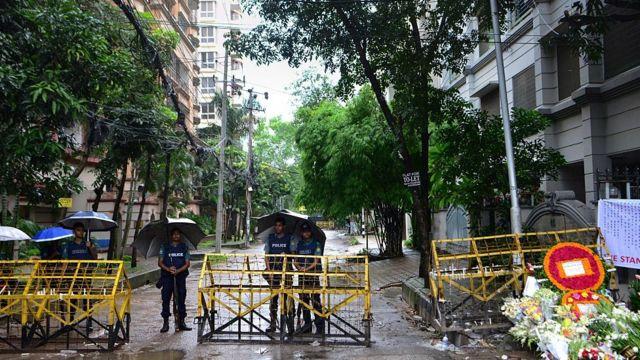 事件現場となった店に続く通りは封鎖され、警察が検問している(5日)