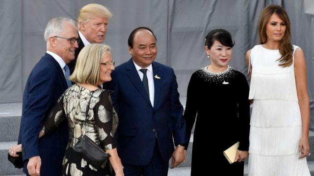Thủ tướng Nguyễn Xuân Phúc chụp hình cùng Tổng thống Trump và Thủ tướng Úc Malcom Turnbull