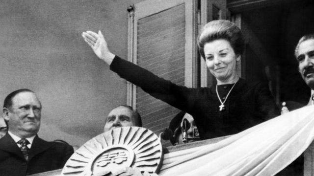 La expresidenta Isabel Martínez de Perón saluda en el balcón de la Casa Rosada el 22 de septiembre de 1974.
