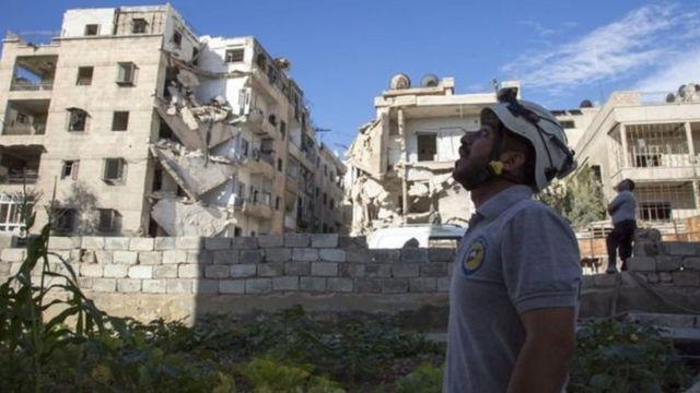 एलेप्पो में हवाई हमलों के बाद तबाह हुए घर