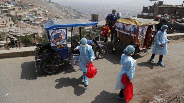 Lima'nın bir banliyösünde sağlık personeli taşıyan Mototaxi - 14 Mayıs