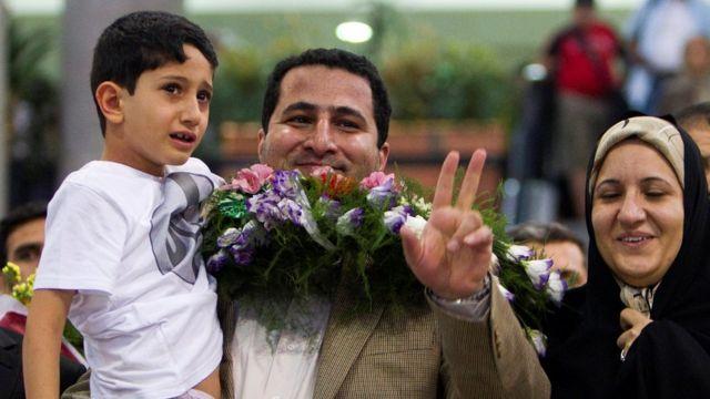 Shahram Amiri con su familia al regresar a Teherán en 2010.