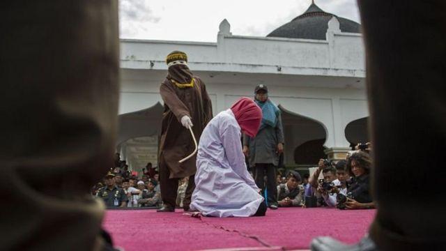 말레이시아의 두 여성이 성관계를 시도했다는 이유로 공개적으로 채찍 처벌을 받았다