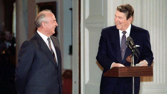 Los mandatarios de la Unión Soviética y de EE.UU. , Mijaíl Gorbachov y Ronald Ragan, firmaron en 1987 el Tratado INF.