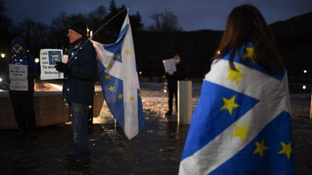 Проевропейские демонстранты в Эдинбурге в новогоднюю ночь.