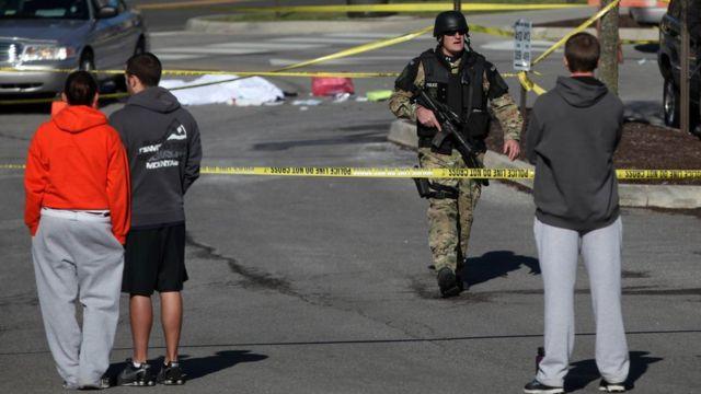 Un policía armado asegura el perímetro de la Universidad Virginia Tech, durante la balacera iniciada por el estudiante Seung-Hui Cho, en 2007.