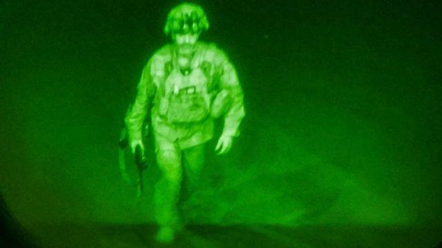 La imagen de la cámara de interior muestra caminando con uniforme militar.