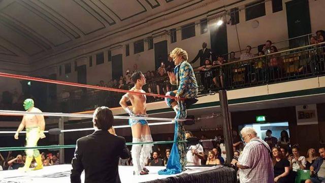 Cassandro conversa no ringue com outro lutador