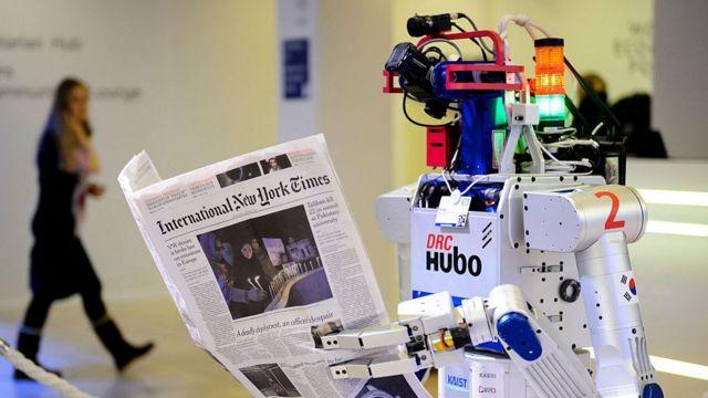 Робот держит газету во время показа на Всемирном экономическом форуме в Давосе, 22 января 2016 года