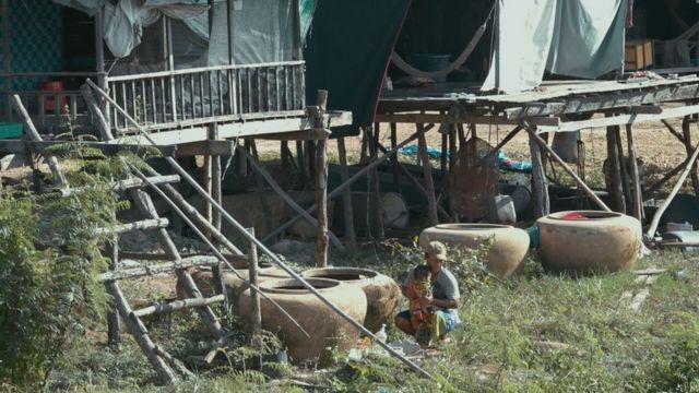 Cảnh sống tạm bợ của người dân gốc Việt ấp Chong Kok, tỉnh Kampong Chhnang, sau khi lên bờ