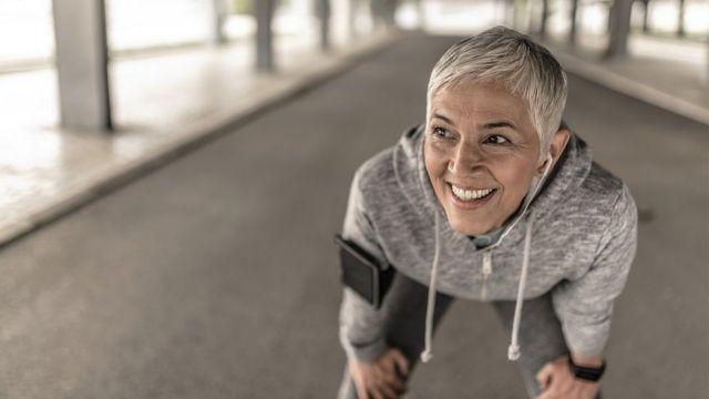 Retrato de una mujer atlética tras hacer deportes.