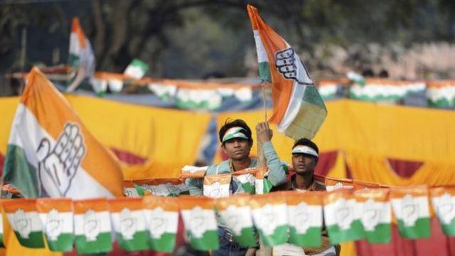 कांग्रेस के झंडे के साथ समर्थक