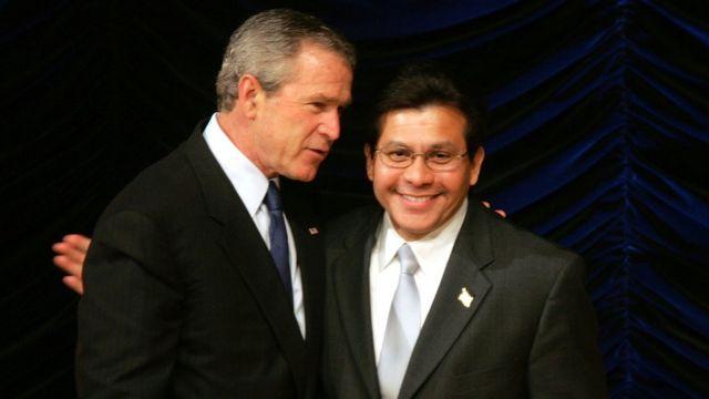 2005年当時のブッシュ大統領とゴンザレス司法長官