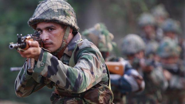 जम्मू के नौशेरा सेक्टर में नियंत्रण रेखा के पास मोर्चा संभाले भारतीय सेना का जवान.