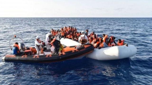 लोगों से भरी नावें