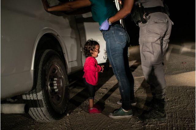 세계보도사진재단(WPP)은 이 사진이 미국 트럼프 대통령이 내세운 반불법이민 무관용 정책에서 '잔인성에 대한 경종을 울려 무관용 정책 철회를 이끌어낸 사진'이라고 평했다