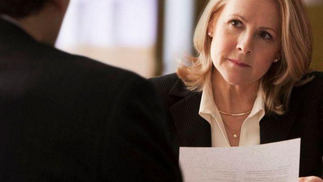 سيدة تنظر إلى المتحدث إليها في اجتماع عمل