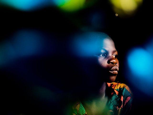 Véronique, 12 ans, est assise pour un portrait dans un camp de personnes déplacées dans le territoire de Djugu, province d'Ituri, RD Congo.