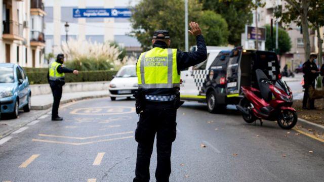 Policías imponiendo la cuarentena en Espala