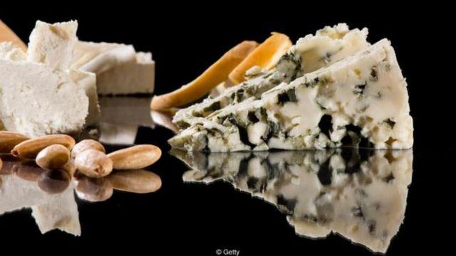 Với 2.7g trong 100g phô mai, thì phô mai xanh có nhiều muối hơn nước biển