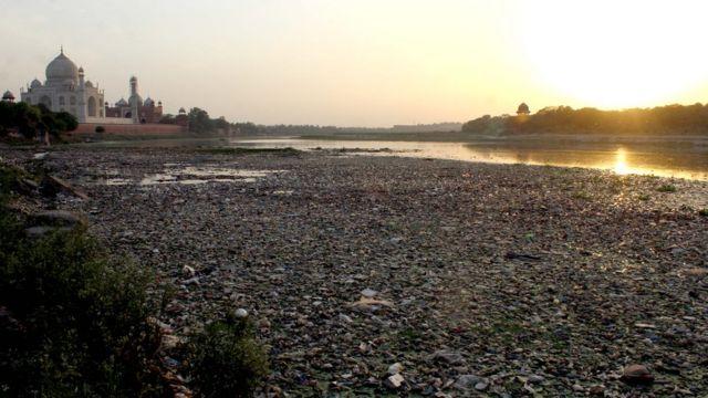 O rio Yamuna, com o Taj Mahal ao fundo