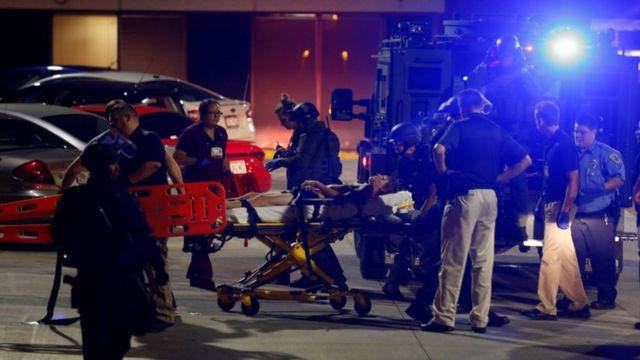 病院に運ばれる負傷男性