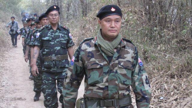 พันเอกเนอดา เมียะ (หน้าสุด) ผู้บัญชาการกองกำลังพิทักษ์แห่งชาติกะเหรี่ยงซึ่งอยู่ภายใต้ KNU