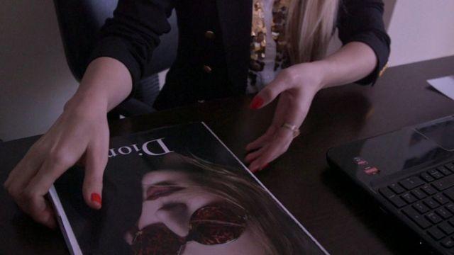 ليلى تمسك بمجلة للموضة.