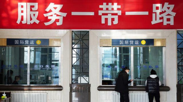 黑龍江牡丹江綏芬河站國際聯運交易所大廳內貨代公司業務員在辦理業務(新華社圖片31/3/2021)
