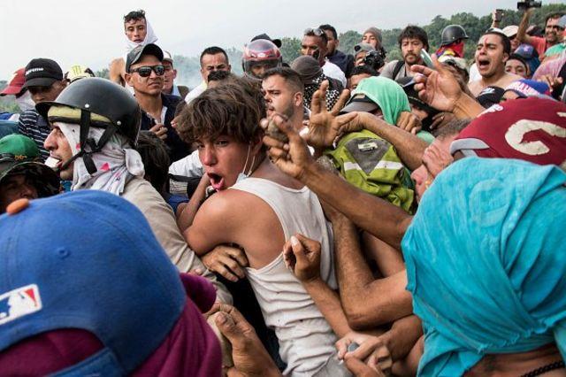 Diperkirakan 300 orang terluka dalam bentrokan antara pengunjuk rasa dan pasukan keamanan dalam upaya pengiriman bantuan kemanusiaan ke Venezuela.
