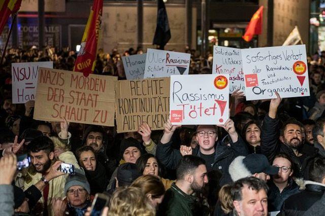 คนประท้วงในเยอรมนีใกล้กับจุดเกิดเหตุโจมตีในเมืองฮาเนา